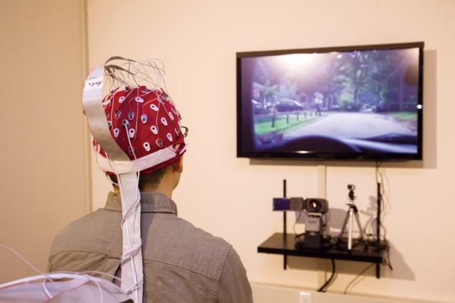 ニールセンが設備を刷新した計測ラボ。センサーを頭部に装着し、モニターに現れる画面を見た際の脳の反応を、EEGで測っている photo by Isao MUROKAWA
