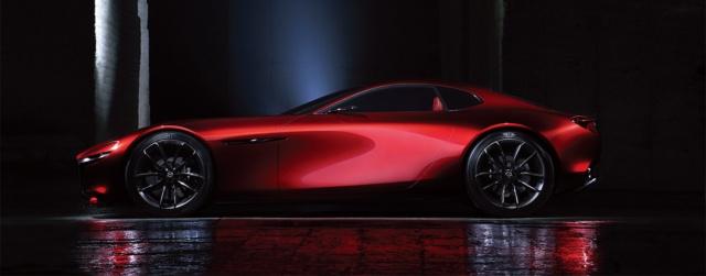 光や景色の映り込みが、ボディ側面でZ字を描くRX-VISION。FRスポーツカーならではのフォルムや繊細な面表現が、艶やかな生命感を生んでいる