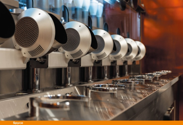 ボストンのロボットレストラン「スパイス」は、MITの4人の学生が共同創設し、有名シェフのダニエル・ブーラッド氏が料理ディレクターを、サム・ベンソン氏が専属シェフを務める。注文すると7台のポット(釜)に食材が入って自動調理開始。1皿7.50ドルで、カスタマイズやトッピングの選択もできる