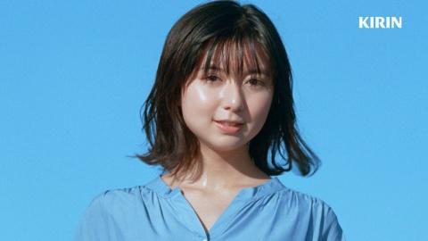 女優の上白石萌歌が、「♪キリン、レモン~」とカメラ目線でCMソングを歌うキリンビバレッジ「キリンレモン」のCM