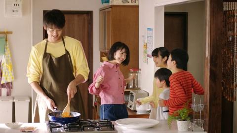 放送開始から1年で「四川式麻婆豆腐用」「青椒肉絲用」「回鍋肉用」などの商品を順次訴求。画像は2018年11月から放送の「干焼蝦仁」編のもの。18年度CM好感度業類別「食品部門」では6位に入った