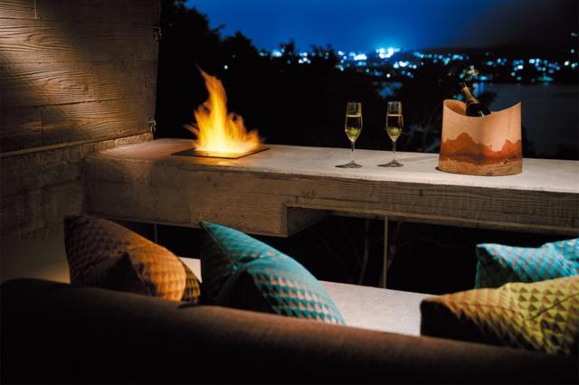 客室のテラスにはファイアプレイスがあり、火と夜景を見ながら杯を重ねるプライベート空間になる