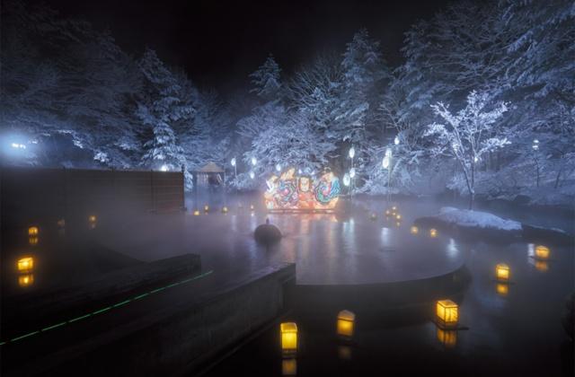 露天風呂「浮湯」を灯篭が彩る冬限定の「ねぶり流し灯篭」