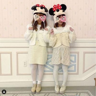 ディズニーキャラクターがデザインされた手持ちバルーンで顔の一部を隠して投稿する女性が数多く見られた(画像/アカウント名s_china1127さんのInstagramへの投稿)