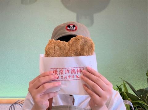 台湾から揚げは女性の顔が隠れるほどのビッグサイズ。Instagramでのデカ映えは必至だ