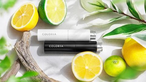 香水サブスクの「COLORIA(カラリア)」では、4ミリリットルに分割された香水が、専用のスプレー付きミニボトルに封入され、配達される。持ち運びに便利で、外出先でも使える