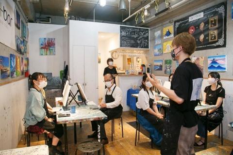 アートバーの店内。右奥でドリンクを作り、各自に提供される。参加者は店で貸し出されるエプロンを着けて着席する