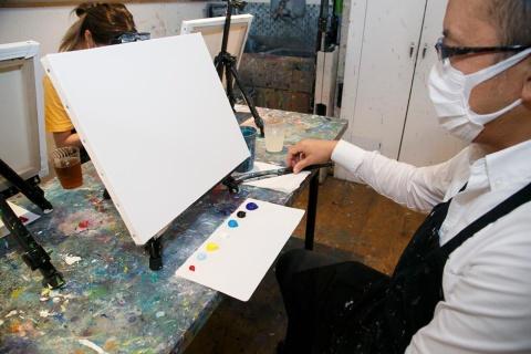 着席すると、目の前には白いキャンバスがあり、各自の手元にはシート上に分けられた絵の具が配られた