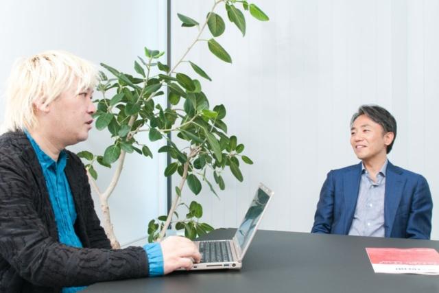 津田大介氏(左)とグリー共同創業者で現在は慶應イノベーション・イニシアティブ社長を務める山岸広太郎氏