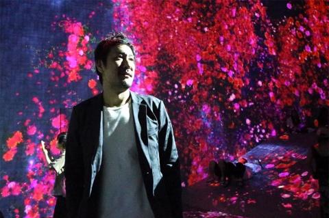 チームラボ猪子寿之代表。東京・お台場の「森ビル デジタルアートミュージアム:エプソン チームラボ ボーダレス」にて