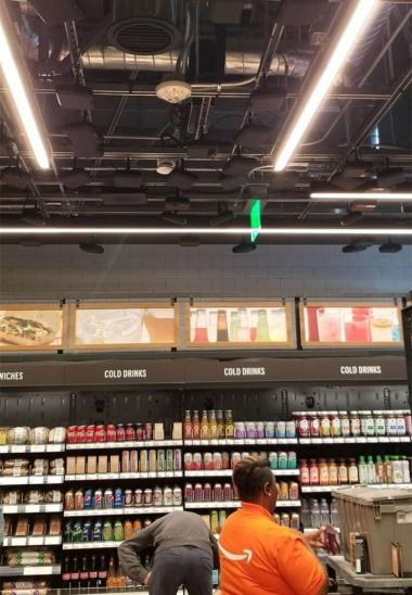 「Amazon Go」サンフランシスコ店の店内。天井には人用カメラが設置されている