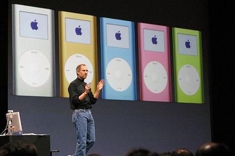 「iPod mini」は2004年1月に発表。「Macworld San Francisco 2004」の基調講演で、CEOだったスティーブ・ジョブズ氏が発表した。「iPod」と違い、カラーバリエーションを用意したことが話題になった(写真/高田 学也)