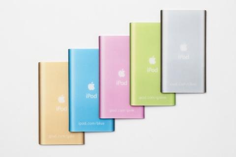 これがiPod miniのプラスチックカード。裏返すと、「ipod.com/silver」「ipod.com/green」のようにカラーごとに異なるURLが書いてあり、アクセスすると、カラー別の利用イメージ写真が見られた