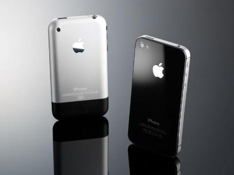 前刀氏の私物である、初代iPhone(奥)とiPhone 4s(手前)。前刀氏は「iPhone 4sは筐体、デザインとも黄金比。僕は一番気に入っている」という