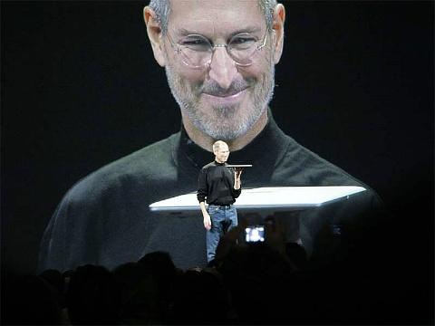 スティーブ・ジョブズ氏のプレゼンは皆の憧れだが……。写真は2008年の「Macworld Expo」で「MacBook Air」を持つジョブズ氏