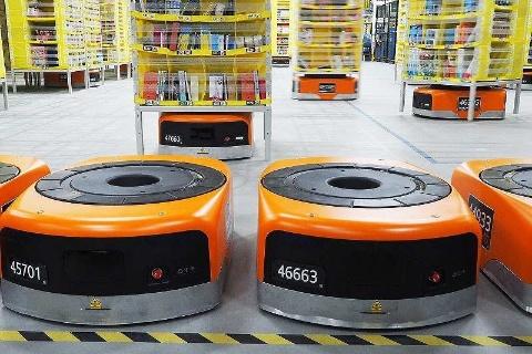 「Amazon Robotics」では自走式ロボットが棚入れや棚出しなどの作業をする