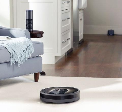 無線LAN対応のルンバは、アマゾンのスマートスピーカー「Amazon Echo」を使って命令もできるようになった。「アレクサ、ルンバを使って掃除して」と話しかけるとルンバが掃除してくれる。ますます愛着を持つ人が増えそうだ(写真はアイロボットジャパンのリリースから)