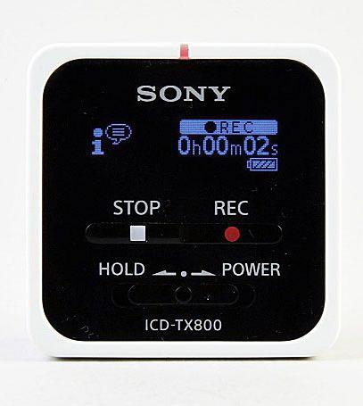 ソニーの「ICD-TX800」は、幅・高さともに約38mm、奥行き約13.7mm、重さ約22gという超ミニサイズ。正方形という形も新鮮だ。録音が始まると最上部の小さなランプが赤く点灯する