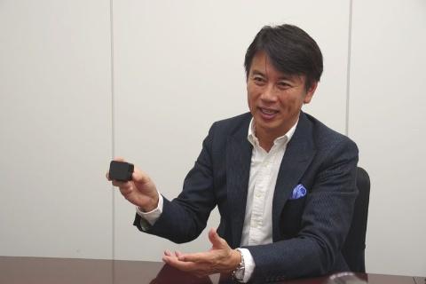 ICD-TX800のケースを手にする前刀禎明氏