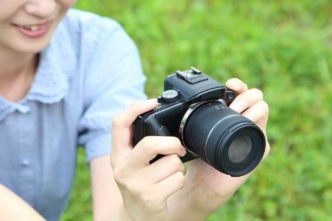 デジタルカメラでは「半押し」といったアナログ感覚の操作法が一般的(画像素材:Rina / PIXTA)