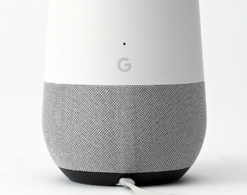 Google Homeは背面に「G」の1文字が入っているだけ