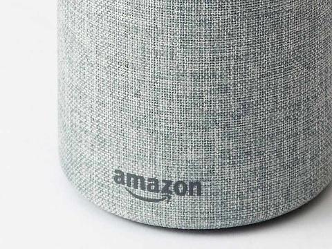 Amazon Echoには筐体の前面下部に「amazon」とロゴが入っている