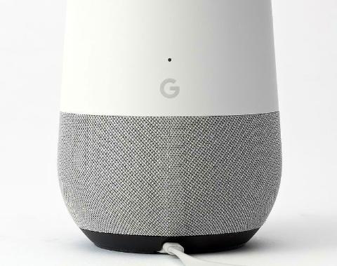 Google Homeは製品の裏側に「G」と入っているだけ。色も薄く、あまり目立たない