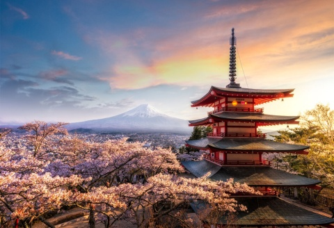 山梨県富士吉田市の新倉山浅間公園・忠霊塔は、富士山と五重塔が1枚の写真に収められると訪日外国人に人気の撮影スポット(c)Shutterstock