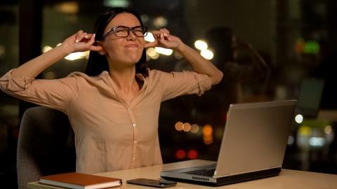在宅勤務を行う自宅が幹線道路や線路に近ければ、防音対策は不可欠(写真/Shutterstock)