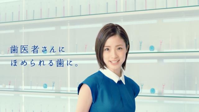 クリニカの広告には、女優の上戸彩を起用。「歯医者さんにほめられる歯に。」がメッセージ