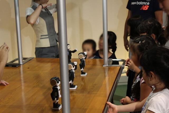 ロボホンと手話を学ぶ子供たち