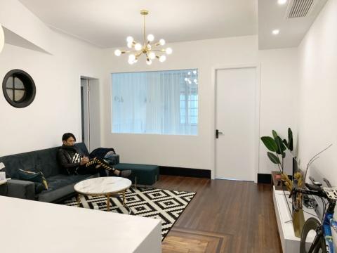 岩永さんの自宅の様子。奥の部屋は寝室で、ベッドとクローゼットがある。手前左奥の扉の奥にはトイレとバスルームがある