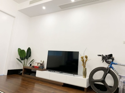 天井も高く、自転車も置けるほどスペースがある。休日は大画面テレビでゲームをして過ごすことも多いそうだ