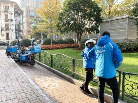 餓了麼の配送員たち。青いヘルメット、ジャンパー、バイクを上海市内でよく見かける