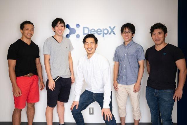 那須野薫代表取締役(中央)をはじめとするDeepXの主力メンバー