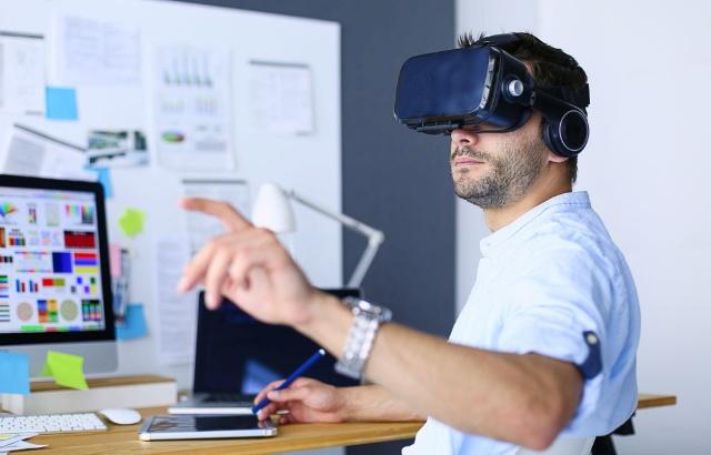 """VR技術などの活用で、自宅にいても""""社内コミュニケーション""""が円滑にできるようになる?(写真/Shutterstock)"""
