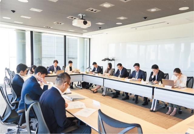 三井物産ブランド・プロジェクトの事務局のメンバーがファシリテーターを務めている。会議は朝9時から10時までの1時間。この後にも2つのグループの会議が控えていた