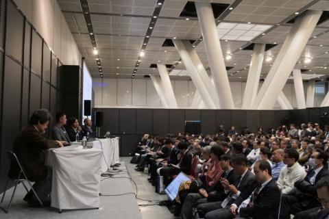日経クロストレンド EXPO 2018の会場、注目のQRコード決済事業者3社の対談に多数の受講者が詰めかけた