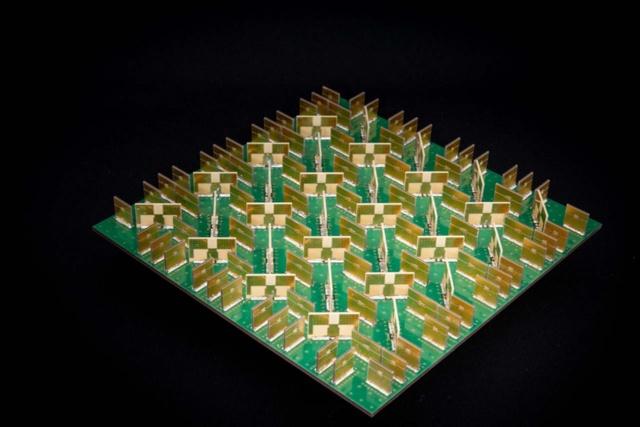NECが開発した5G向け無線ユニットの基板写真。「十字」のアンテナ素子の周囲に放熱用の金属版が並んでおり、放熱の効果を高める構造にしている(写真提供/NEC)
