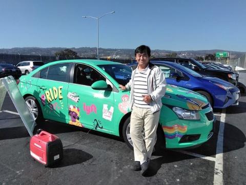 サンフランシスコ空港のウーバー・リフト専用待合い駐車場に停まっていたリフトのプロモーション車両の前で(写真は筆者)