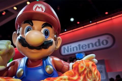 任天堂ブース前の巨大なスーパーマリオ(写真/Shutterstock)