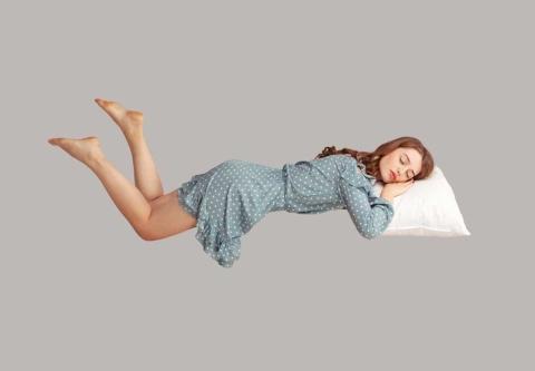 服を着たまま昼寝し、無意識の中で宙に浮かんでいるイメージ(写真/Shutterstock)