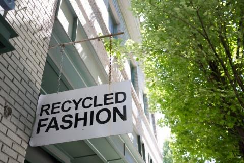 サブスクやリセールなどの手法を駆使して商品をリサイクルするようになってきたファッション業界のイメージ(写真提供/Shutterstock)