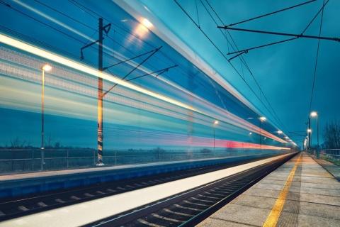 新時代の夜行列車が線路上を通過するイメージ(写真提供/Shutterstock)