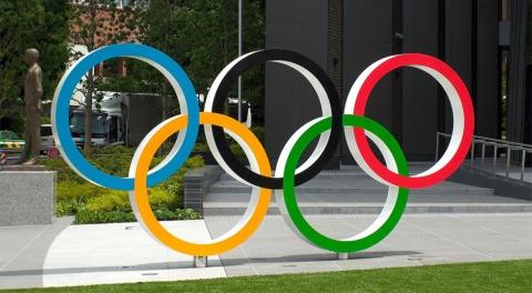 オリンピック開催中の東京に設置された五輪マーク。ロゴは五輪マークとの組み合わせを求められる(写真提供/Shutterstock)