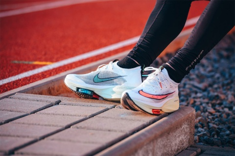 ナイキが2021年の東京オリンピックのために開発した最も未来志向のマラソンシューズ「ナイキ エア ズーム アルファフライ ネクスト%」(写真提供/Shutterstock)