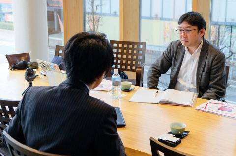 筆者(右)と古里圭史氏