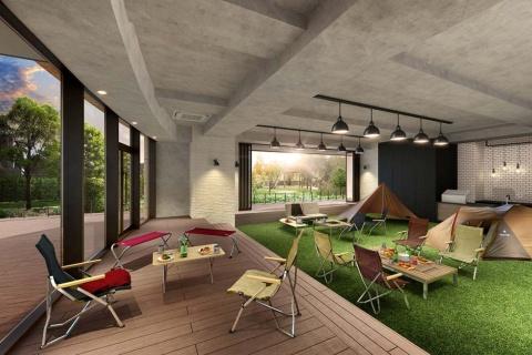 パークタワー晴海の屋内の共用スぺース「オーナーズリビング」。人工芝の上にスノーピークのテントやタープ、テーブル、チェアなどを設置する。主に住民の交流スペースとして活用する