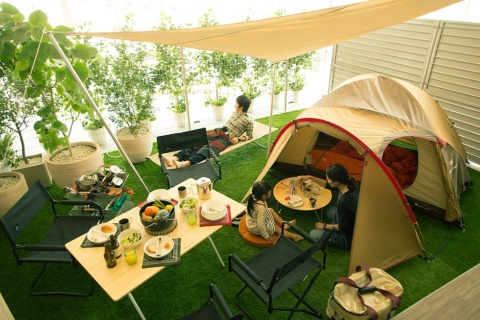 パークホームズ立川の半ソト空間。1階住戸の庭と室内の中間に設けられたスペースにキャンプ用品を置き、アウトドア気分を手軽に味わえる