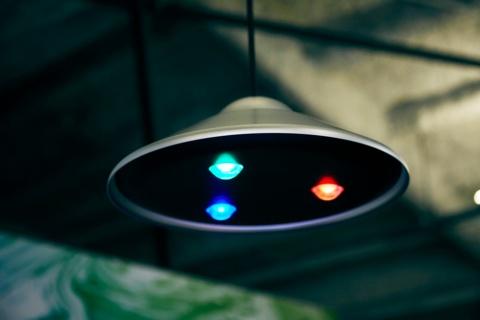 「RGB_Light」は空飛ぶ円盤のような外観で、3色のLED照明をスマートフォンで制御する。本体は直径303×高さ109.7ミリメートル、重量960グラム。アルミ製にしたのはデザインへのこだわりのためだという